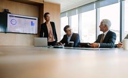 Бизнесмены сидя на корпоративной встрече Стоковые Изображения