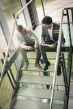 Бизнесмены сидя на лестницах Бизнесмены имея conve Стоковая Фотография