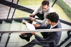Бизнесмены сидя на лестницах Бизнесмены имея conve Стоковое Изображение RF