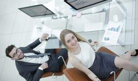 Бизнесмены сидя на столе офиса в офисе Взгляд сверху Стоковое Изображение RF