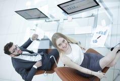 Бизнесмены сидя на столе офиса в офисе Взгляд сверху Стоковые Фото