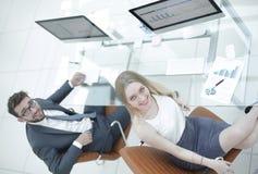 Бизнесмены сидя на столе офиса в офисе Взгляд сверху Стоковое фото RF