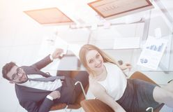 Бизнесмены сидя на столе офиса в офисе Взгляд сверху Стоковое Изображение