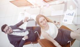 Бизнесмены сидя на столе офиса в офисе Взгляд сверху Стоковые Фотографии RF