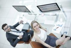 Бизнесмены сидя на столе офиса в офисе Взгляд сверху Стоковая Фотография