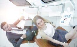 Бизнесмены сидя на столе офиса в офисе Взгляд сверху Стоковые Изображения RF