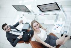 Бизнесмены сидя на столе офиса в офисе Взгляд сверху Стоковое Фото
