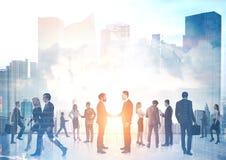 Бизнесмены силуэтов, городского пейзажа Стоковое Фото