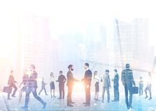 Бизнесмены силуэтов, туманного городского пейзажа Стоковое Изображение RF