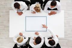 Бизнесмены сидя вокруг пустой таблицы Стоковые Изображения RF