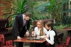 Бизнесмены сидя в кафе для компьтер-книжки девушки 2 Стоковые Фото