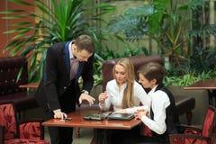 Бизнесмены сидя в кафе для компьтер-книжки девушки 2 Стоковое Изображение
