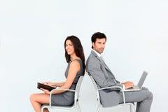 Бизнесмены сидя в стульях Стоковое Изображение