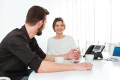 2 бизнесмены сидя и говоря в офисе Стоковое Изображение