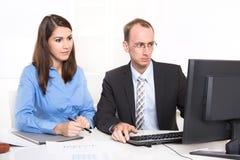 2 бизнесмены сидя на столе. Стоковые Изображения RF