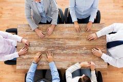 Бизнесмены сидя на таблице офиса Стоковые Фотографии RF