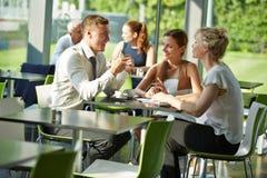 Бизнесмены сидя на таблице для встречи Стоковая Фотография RF