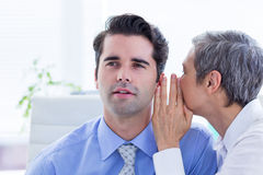 2 бизнесмены смотря бумагу пока работающ на папке Стоковые Изображения RF