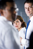 бизнесмены смотря женщину 2 стоковое изображение