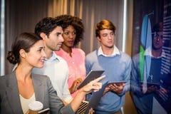 Бизнесмены смотря диаграмму в конференц-зале Стоковое Фото
