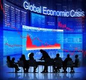 Бизнесмены смотря на глобальный экономический кризис Стоковое Фото