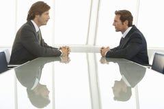 Бизнесмены смотря один другого в конференц-зале Стоковое фото RF