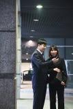 2 бизнесмены смотря телефон в гараже, Пекин Стоковые Изображения RF