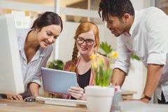 Бизнесмены смотря цифровую таблицу Стоковое фото RF