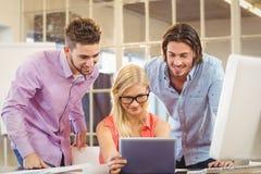 Бизнесмены смотря цифровую таблицу Стоковые Изображения RF