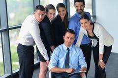 Бизнесмены собирают в встречу на офисе Стоковое Изображение RF