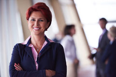 Бизнесмены собирают, женщина в фронте как руководитель группы стоковое фото