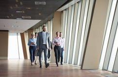 Бизнесмены собирают идти стоковое изображение