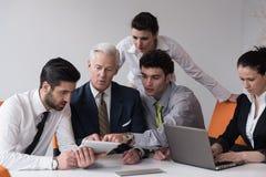 Бизнесмены собирают на встречу на современном startup офисе Стоковое Фото