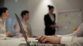 Бизнесмены собирают на встречу на современном startup офисе, сток-видео