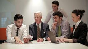 Бизнесмены собирают на встречу на современном startup офисе, акции видеоматериалы