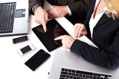 Бизнесмены собирают работу с компьтер-книжкой. Стоковое Изображение RF