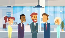 Бизнесмены собирают разнообразный офис предпринимателей команды бесплатная иллюстрация
