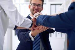 Бизнесмены собирают счастливую показывая сыгранность и соединяя руки или давать 5 после подписывать согласование или контракт вну Стоковая Фотография RF