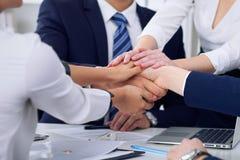 Бизнесмены собирают счастливую показывая сыгранность и соединяя руки или давать 5 после подписывать согласование или контракт вну Стоковые Изображения