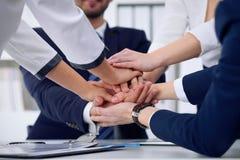 Бизнесмены собирают счастливую показывая сыгранность и соединяя руки или давать 5 после подписывать согласование или контракт вну Стоковые Фото