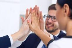 Бизнесмены собирают счастливую показывая сыгранность и соединяя руки или давать 5 после подписывать согласование или контракт вну Стоковые Изображения RF