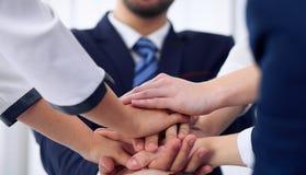 Бизнесмены собирают счастливую показывая сыгранность и соединяя руки или давать 5 после подписывать согласование или контракт вну Стоковое Изображение