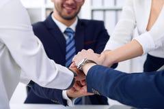 Бизнесмены собирают счастливую показывая сыгранность и соединяя руки или давать 5 после подписывать согласование или контракт вну Стоковое Изображение RF
