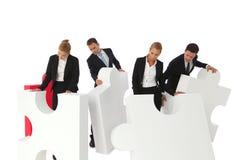 Бизнесмены собирая головоломку Стоковые Изображения