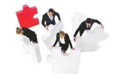 Бизнесмены собирая головоломку Стоковое Изображение