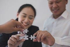 Бизнесмены собирая часть головоломки совместно работник t co Стоковые Изображения RF
