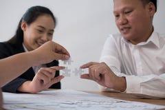 Бизнесмены собирая часть головоломки совместно работник t co Стоковое Фото