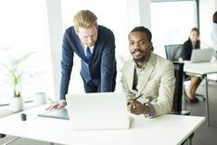 бизнесмены совместно работая Стоковые Изображения