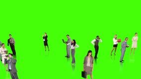Бизнесмены соединяясь на зеленой предпосылке видеоматериал