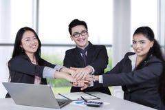 Бизнесмены соединяя руки в офисе Стоковое фото RF